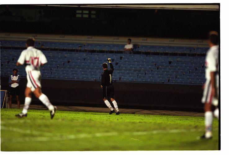 Esse gol de falta para a Fifa não valeu. Ceni marcou contra o Uralan, da Rússia. A Fifa, porém, só considera gols em jogos oficiais. O jogo ocorreu em 17 de janeiro de 2000. O São Paulo venceu por 5 a 1.