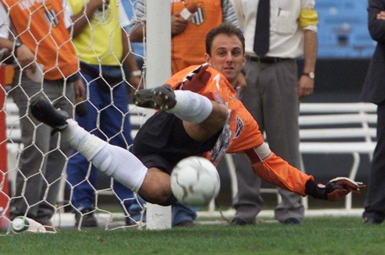 Rogério Ceni defende pênalti em 2001. Ao contrário de Chilavert, são paulino fez mais gols em cobrança de falta do que de pênalti