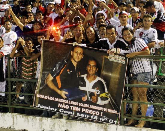 Torcedor expõe paixão por Rogério Ceni na vitória do São Paulo sobre o Treze, da Paraíba, em Campina Grande, em 16 de fevereiro, pela Copa do Brasil