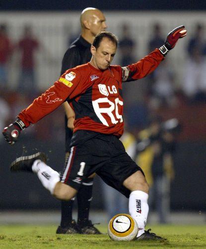 Taça Libertadores da América de 2005: o goleiro Rogério Ceni comemora o seu segundo gol na goleada de 4 a 0 sobre o Tigres, do México