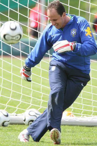 Rogério Ceni participou de sua segunda Copa do Mundo, em 2006. O goleiro era reserva. Dida era o titular