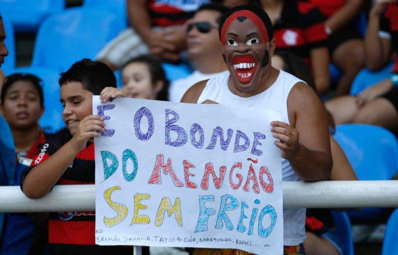 Com a máscara de Ronaldinho Gaúcho, torcedor do Flamengo exibe cartaz antes da final da Taça Guanabara, contra o Boavista.