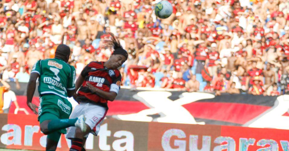 Ronaldinho Gaúcho cabeceia durante a final da Taça Guanabara contra o Boavista