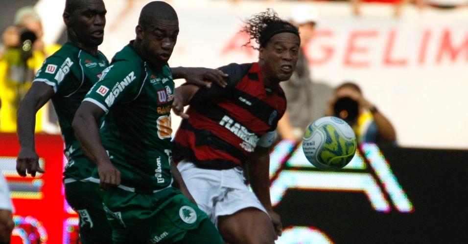 Ronaldinho Gaúcho disputa a bola durante a final da Taça Guanabara contra o Boavista