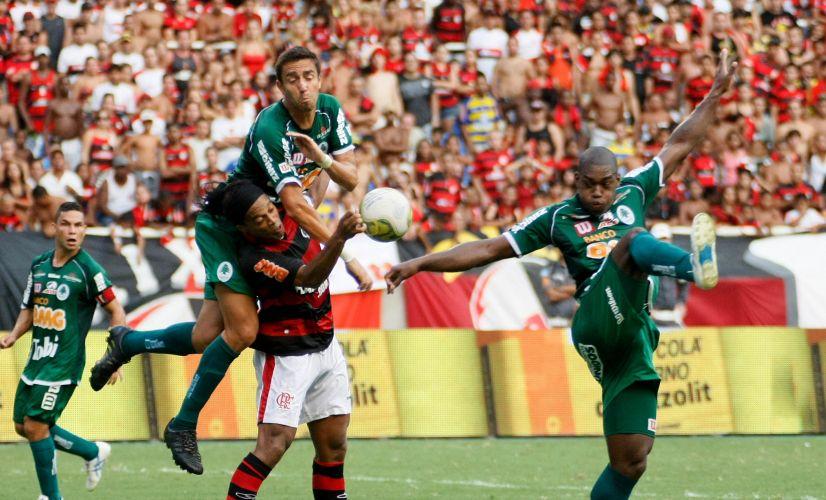 Ronaldinho Gaúcho tenta subir de cabeça, mas é bem marcado pela zaga do Boavista.