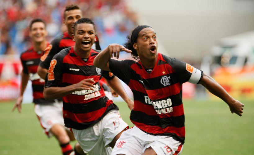 Jogadores do Flamengo abraçam Ronaldinho depois do meia marcar, de falta, o gol do título do Flamengo na final da Taça Guanabara contra o Boavista.