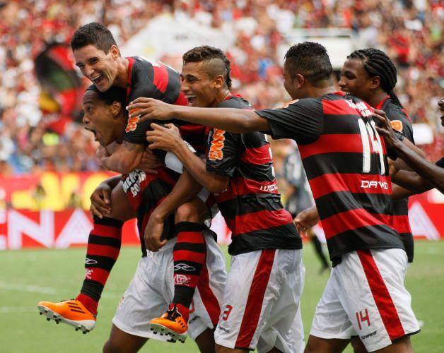 Ronaldinho Gaúcho é abraçado pelos companheiros após marcar, de falta, o gol do título do Flamengo contra o Boavista, pela final da Taça Guanabara, vencida pelos rubro-negros.