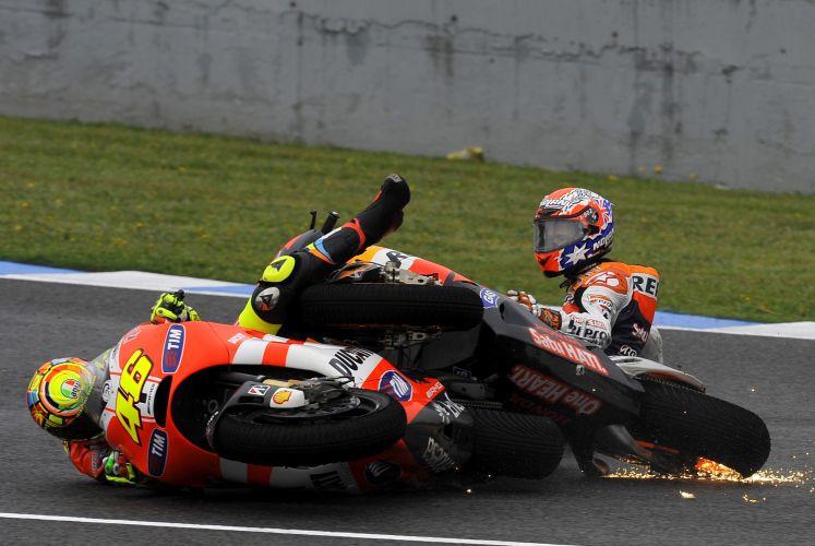 Casey Stoner (direita) e Valentino Rossi se chocam durante GP de Jeres de la Frontera, na Espanha