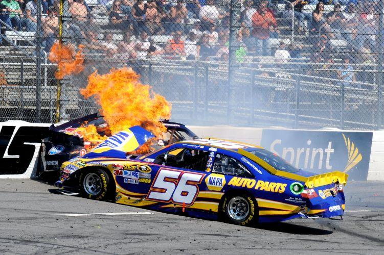 Carro de Martin Truex Jr pega fogo após choque na Nascar.