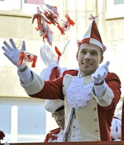 Quem pensa que só no Brasil os atletas aproveitam o Carnaval se enganou. Até os frios germânicos caem na folia. Lukas Podolski, da seleção alemã, se fantasia e aproveita uma parada carnavalesca nas ruas de Colônia