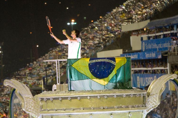 Ex-tenista Gustavo Kuerten recebeu homenagem da Grande Rio, escola que mostrou mitos de Florianópolis na Sapucaí