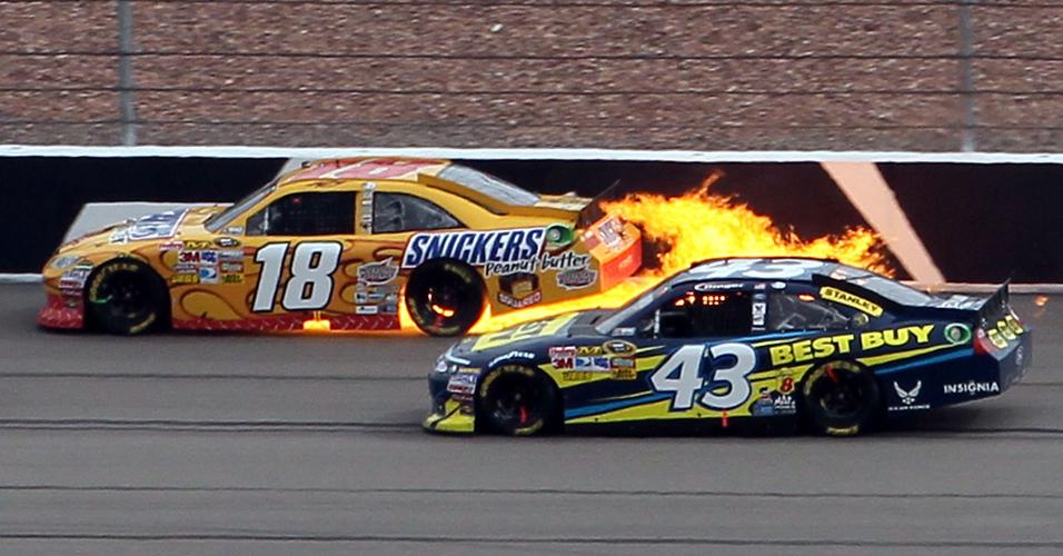 Motor vai pelos ares, e o carro de Kyle Busch solta fogo na etapa de Las Vegas da Nascar