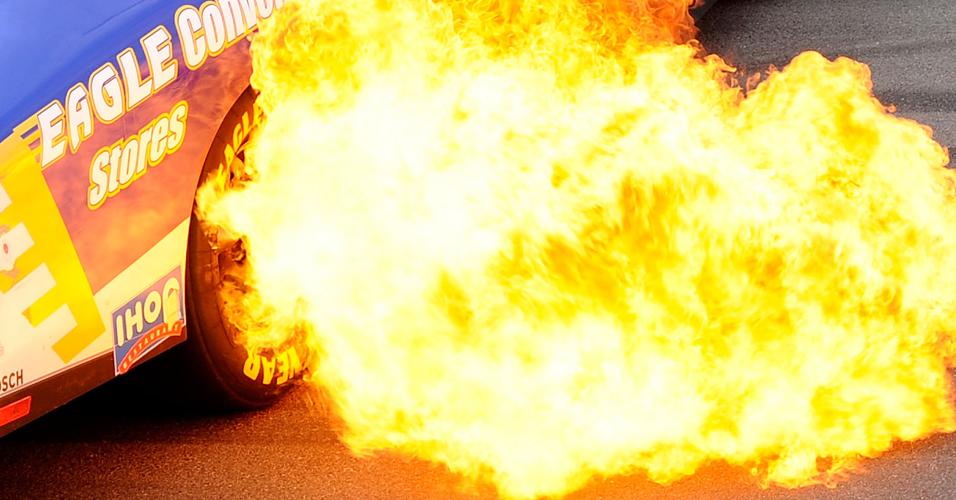 Carro de Donnie Neuenberger solta fogo durante a disputa da etapa de Las Vegas da Nascar