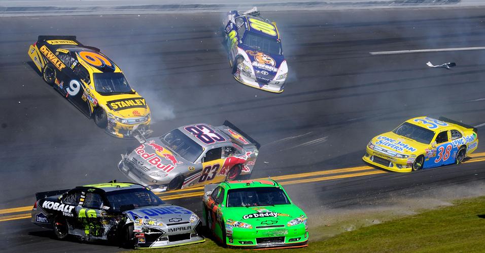 Batida em massa deixa carros deslizando pelo asfalto do tradicional circuito de Daytona