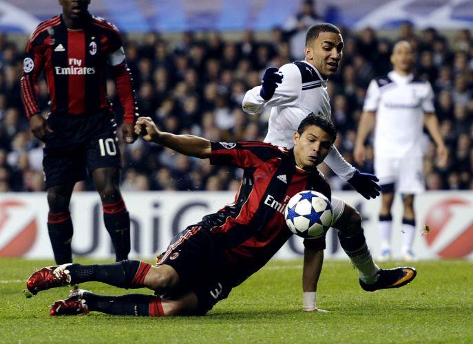 Milan, de Thiago Silva, pressionou, mas acabou eliminado após um empate sem gols com o Tottenham