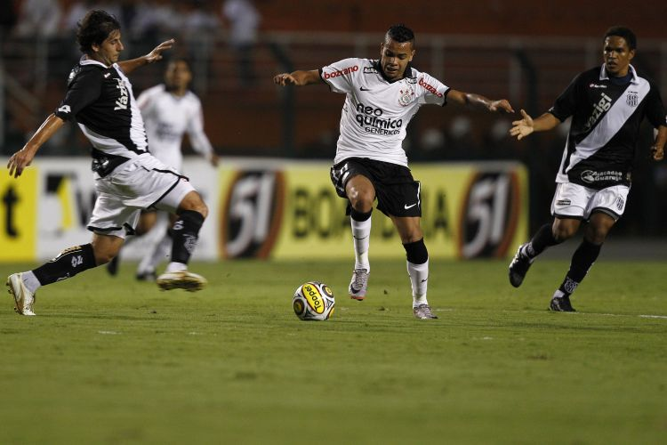 Dentinho foi responsável por uma das melhores chances de jogo do Corinthians no primeiro tempo, mas não conseguiu abrir o placar