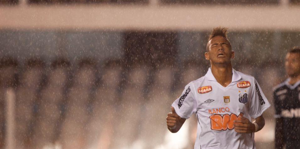 Neymar comemora dois gols e volta do Carnaval em boa forma