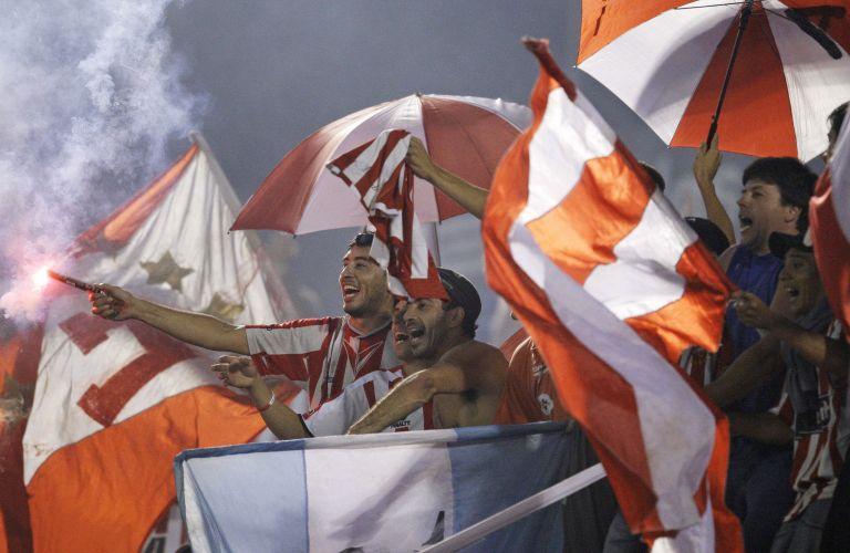 Torcedores do Estudiantes marcam presença na casa do Guaraní, no Paraguai, no duelo válido pelo grupo do Cruzeiro na Libertadores