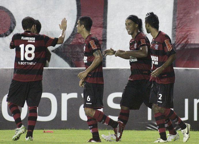 Ronaldinho Gaúcho comemora com os companheiros após abrir o placar para o Flamengo de pênalti, contra o Bangu; a equipe só garantiu a vitória aos 51 minutos, com Diego Maurício