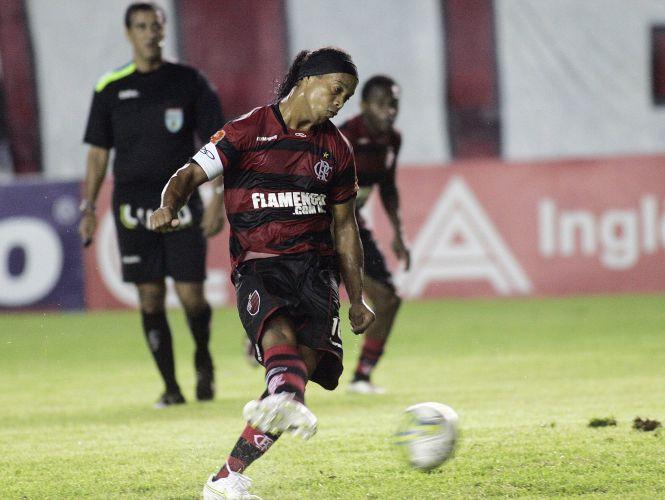 Ronaldinho é certeiro no pênalti e abre o placar para o Flamengo contra o Bangu; no entanto, o Fla venceu só aos 51min do segundo tempo, com gol de Diego Maurício