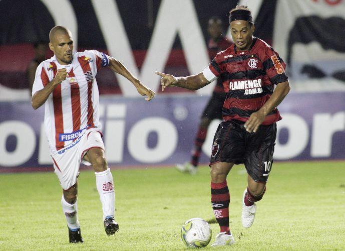 Ronaldinho tenta se desvincilhar de marcador; astro marcou de pênalti no primeiro tempo na vitória por 2 a 1