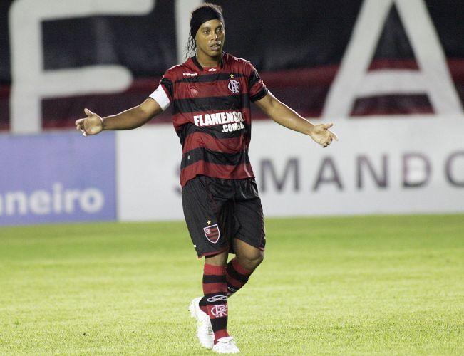 Ronaldinho abre os braços durante a partida contra o Bangu, pela Taça Rio; Fla teve dificuldades e só garantiu o triunfo aos 51min do 2º tempo, com Diego Maurício