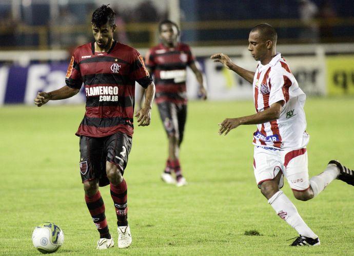 Lé Moura desafia marcador pelo Fla, diante do Bangu