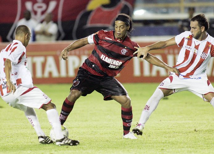 Marcadores do Bangu tentam conter Ronaldinho na partida desta quinta-feira