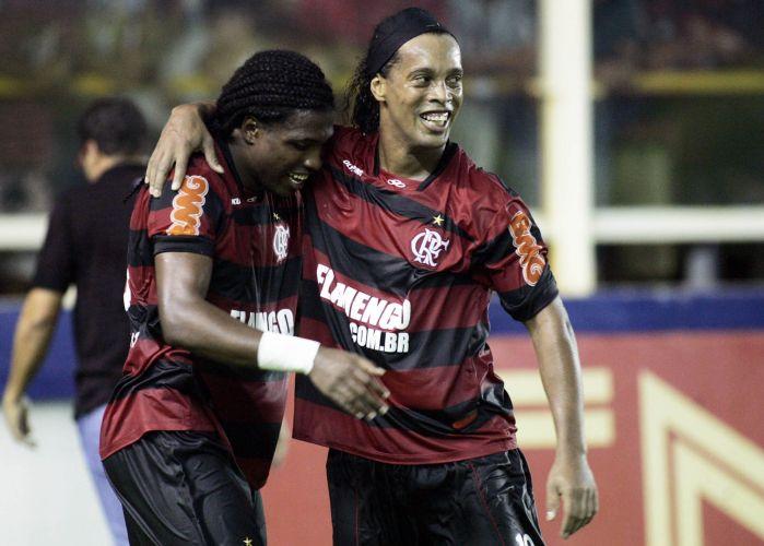 Ronaldinho comemora com Diego Maurício o gol no minuto final para o Flamengo contra o Bangu. Eles foram responsáveis pelos gols do triunfo por 2 a 1