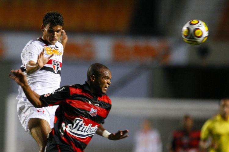 Willian José disputa a bola com marcador do Ituano durante partida do São Paulo pela 12ª rodada do Campeonato Paulista