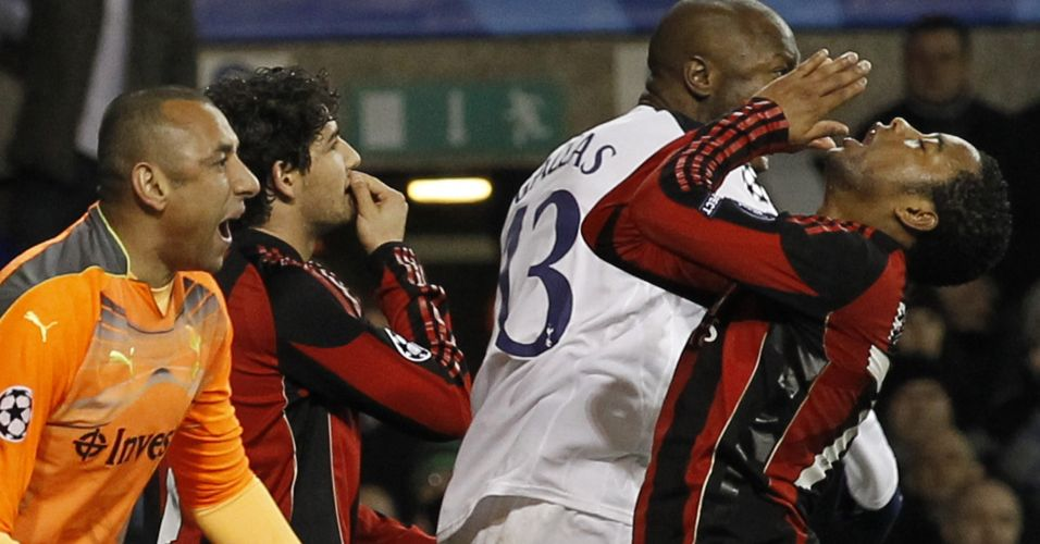 Robinho e Alexandre Pato lamentam a eliminação do Milan para o Tottenham, do goleiro Gomes (de laranja), na Liga dos Campeões