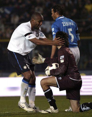 Maicon, da Inter, e o goleiro Michele Arcari, do Brescia, conversam no empate por 1 a 1