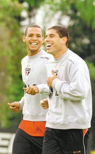 Luis Fabiano (e) treina ao lado de seu ex-companheiro Ricardinho no São Paulo