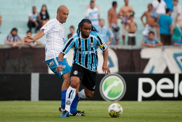Carlos Alberto se livra da marcação do Cruzeiro-RS, em jogo válido pelo Campeonato Gaúcho. Como Renato Gaúcho escalou os reservas, o meia ganhou a braçadeira de capitão.
