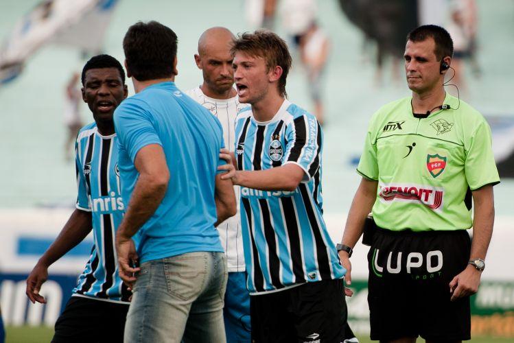 Depois de ser expulso, Renato Gaúcho é contido pelos seus comandados no jogo contra o Cruzeiro-RS, pelo 2º turno do Gaúchão.
