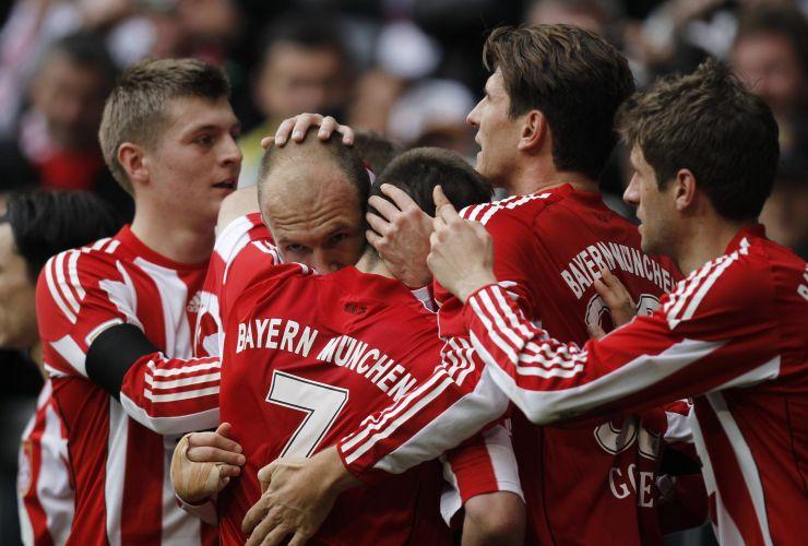 Jogadores do Bayern de Munique celebram o primeiro gol de Robben na goleada sobre o Hamburgo por 6 a 0