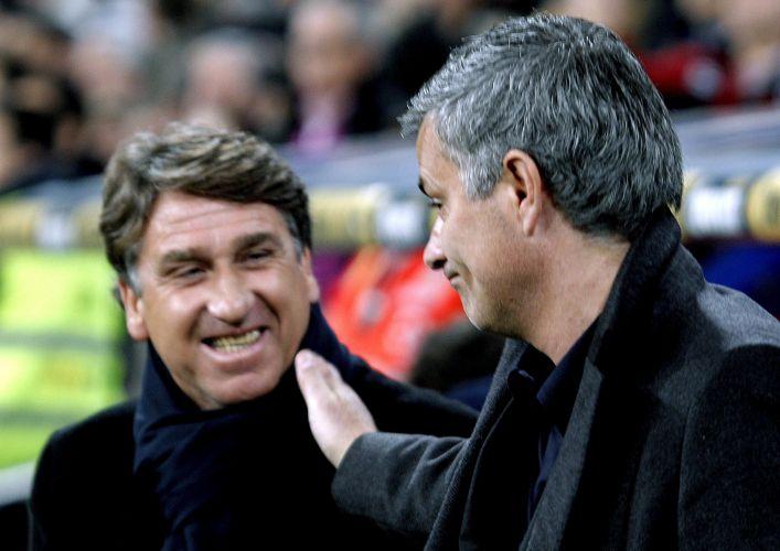 Técnico José Mourinho conversa com Esteban Vigo antes do duelo entre Real Madrid e Hércules