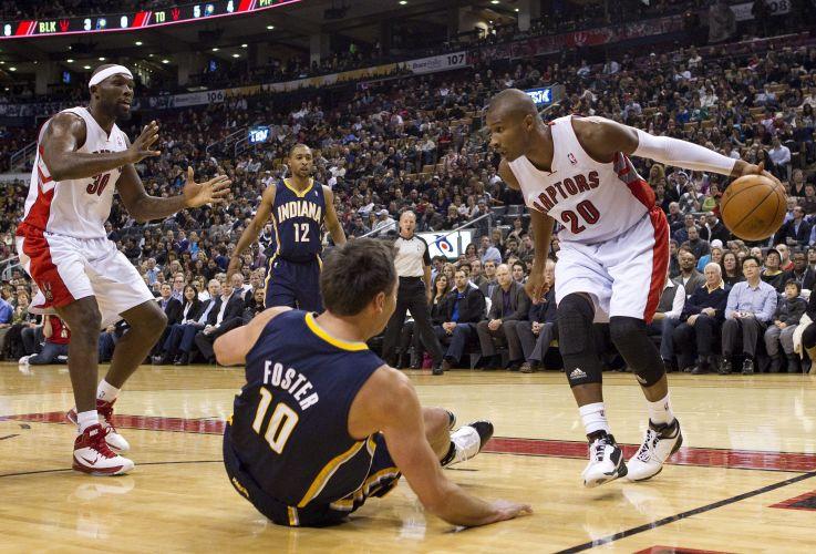 Leandrinho deixa rival no chão na vitória dos Raptors, em que anotou 29 pontos