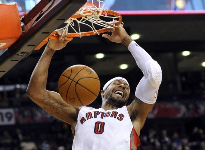 James Johnson enterra para os Raptors na vitória contra os Pacers