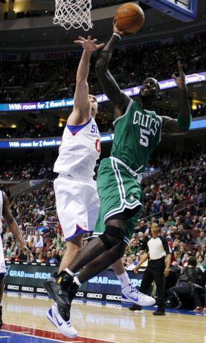 Kevin Garnett tenta a cesta na derrota dos Celtics nesta sexta, para os 76ers