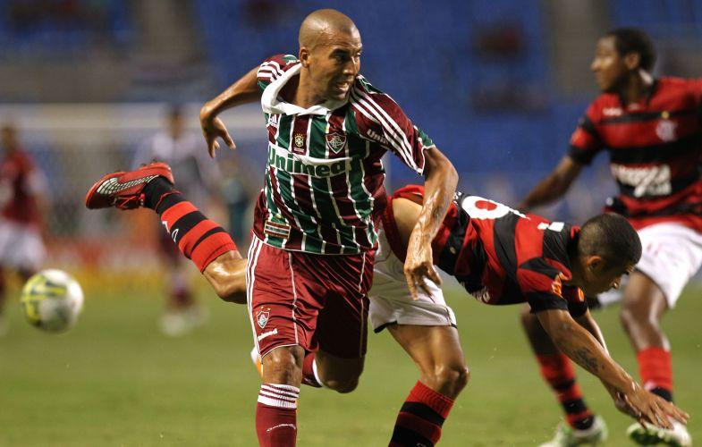 Emerson ganha disputa de bola com o lateral Egídio, do Flamengo, no clássico Fla-Flu do Engenhão