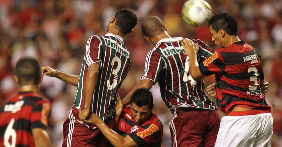 Dupla de zagueiros Gum e Leandro Euzébio, do Fluminense, sobe para disputa de bola com a cabeça contra Welington, do Flamengo