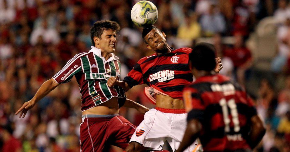 Léo Moura ganha disputa de bola pelo alto contra Marquinho no clássico Fla-Flu no Engenhão