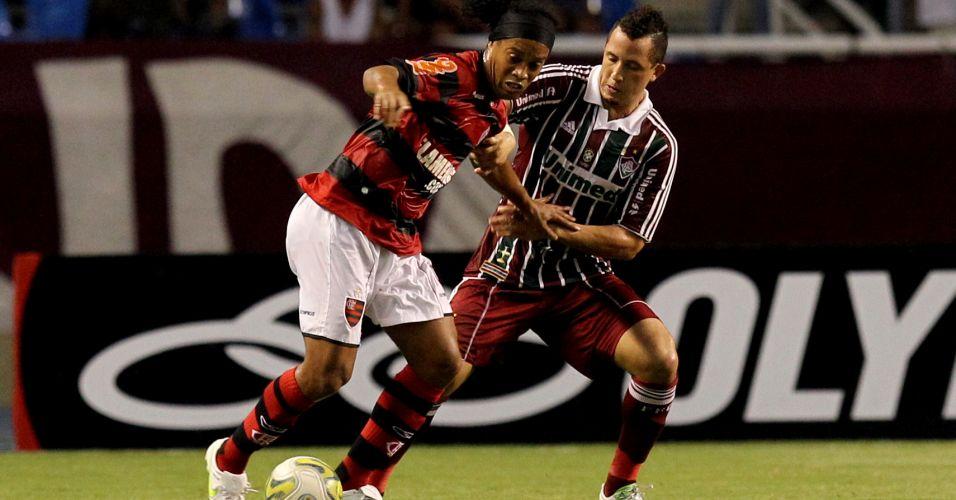 Ronaldinho Gaúcho disputa a bola com Diogo em seu primeiro clássico Fla-Flu no Engenhão