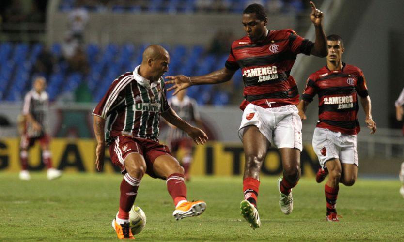 Emerson disputa a bola com Renato Abreu no clássico Fla-Flu do Engenhão