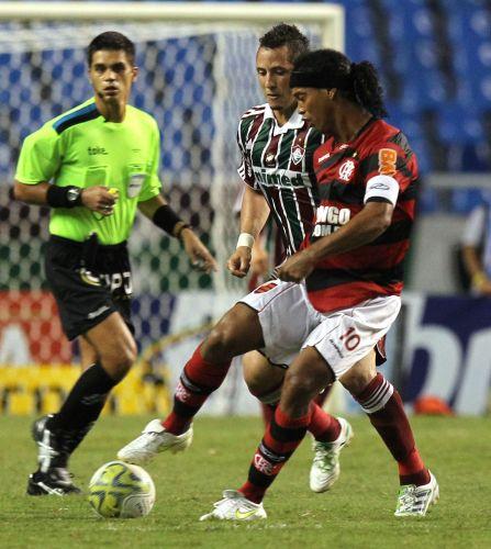 Ronaldinho Gaúcho faz jogada de efeito contra a marcação de Diogo no clássico diante do Fluminense