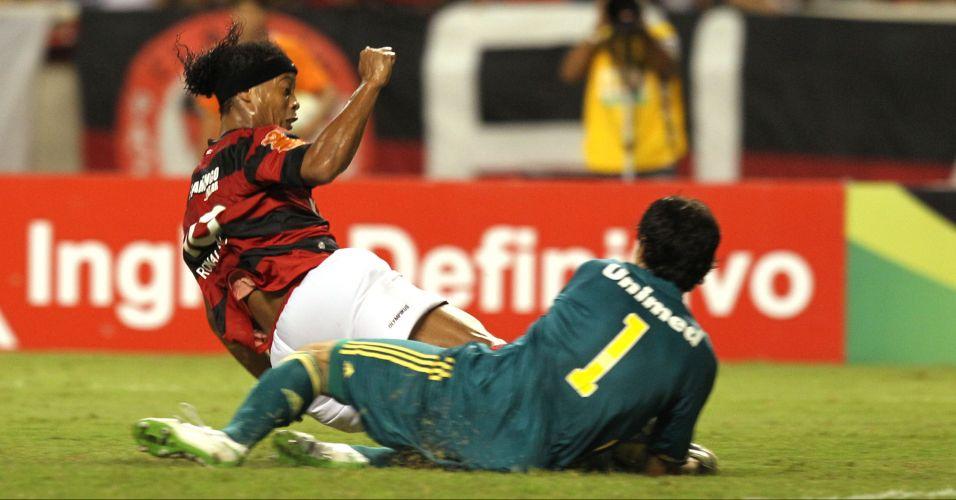 Ronaldinho Gaúcho acerta o goleiro Ricardo Berna ao chegar atrasado em carrinho para tentar a bola; Ronaldinho recebeu cartão amarelo após o lance no Fla-Flu que terminou empatado em 0 a 0