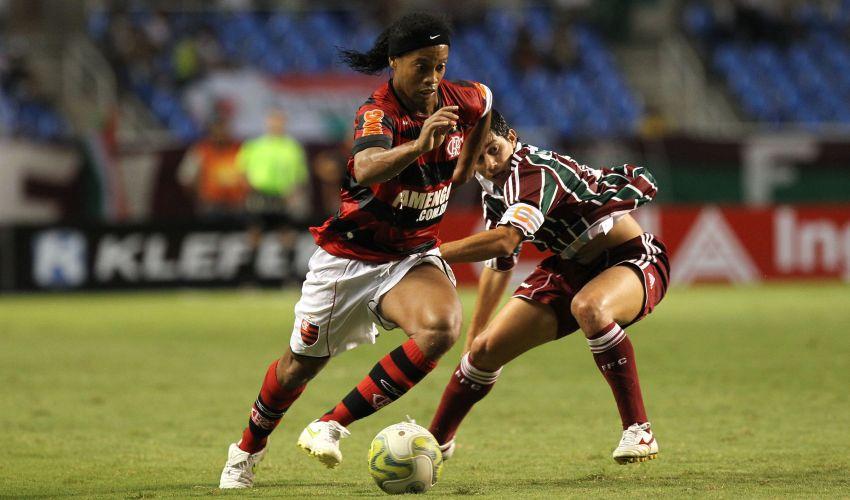 Ronaldinho Gaúcho passa pela marcação de Darío Conca em seu primeiro Fla-Flu no Engenhão