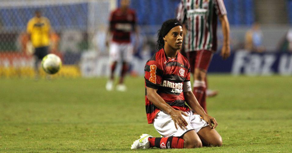 Ronaldinho Gaúcho fica ajoelhado no gramado no clássico diante do Fluminense; Em seu primeiro Fla-Flu, Ronaldinho não marca e jogo fica no 0 a 0