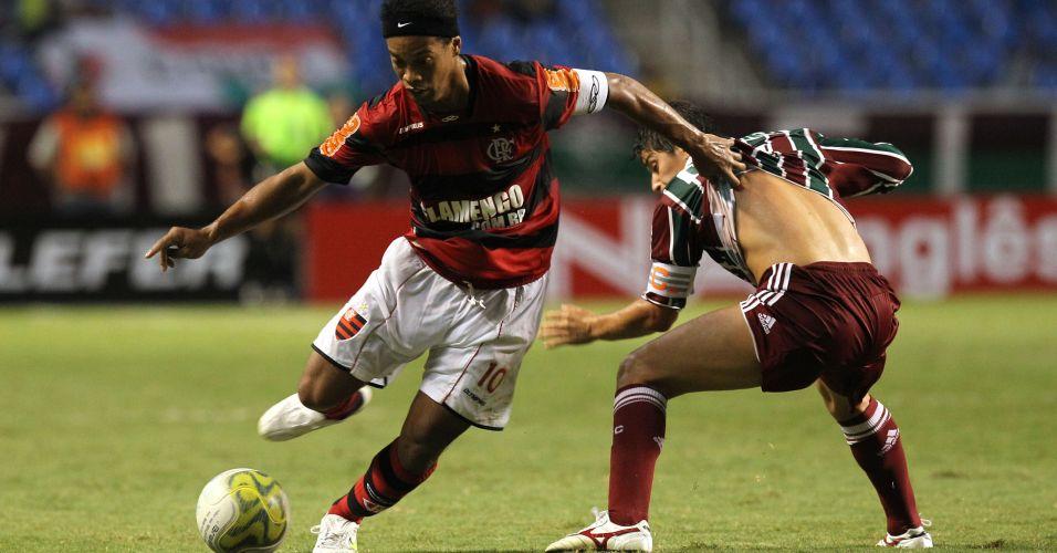 Ronaldinho Gaúcho passa por Darío Conca no clássico que terminou empatado em 0 a 0 no Engenhão